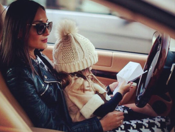 mom-daughter-car