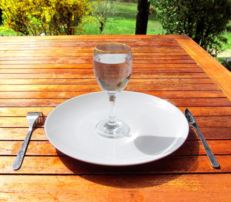 Fasting_4-Fasting-a-glass-of-water-on-an-empty-plate intermittent fasting