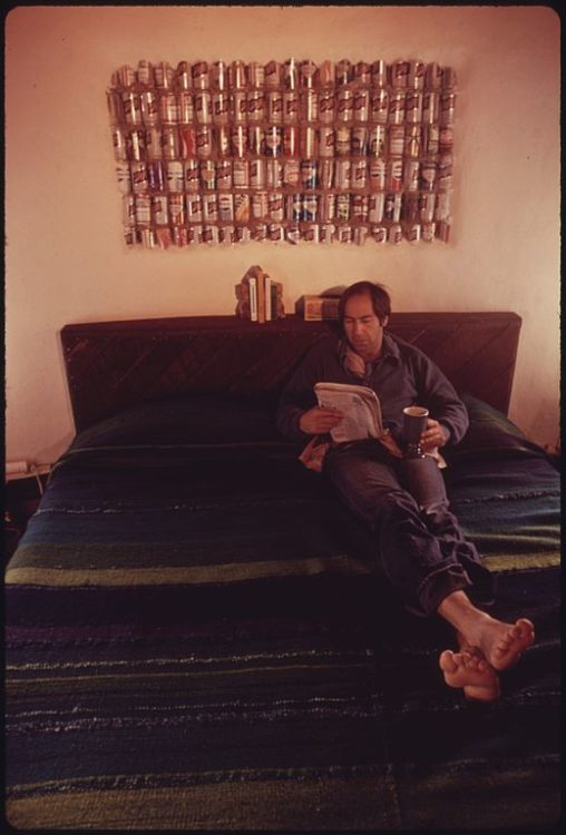 520px-LAWYER_STEVE_NATELSON,_WHO_LIVES_NEAR_TAOS,_NEW_MEXICO_RELAXES_ON_THE_BED_OF_HIS_EXPERIMENTAL_HOME_BUILT_OF_EMPTY..._-_NARA_-_556624