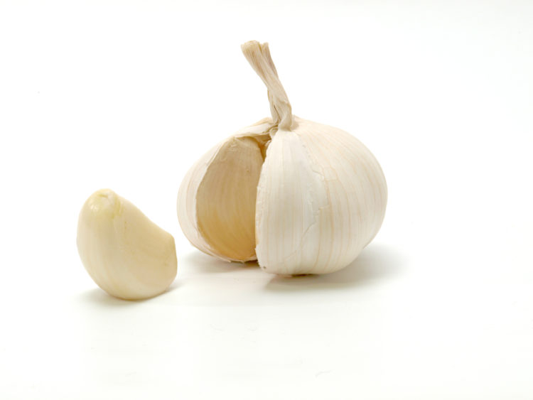 Opened_garlic_bulb_with_garlic_clove